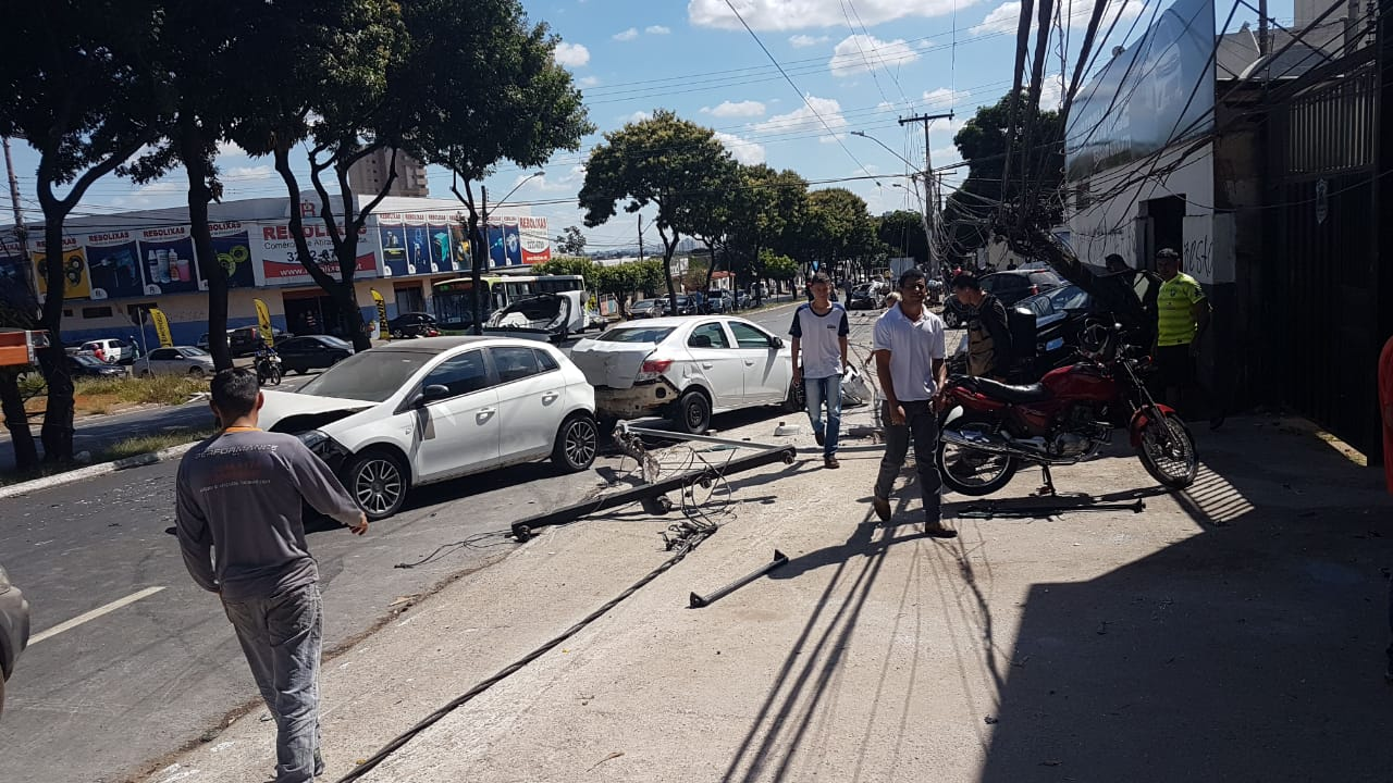 Carros que estavam parados em frente a uma oficina foram atingidos | Foto: Guilherme Coelho/Folha Z