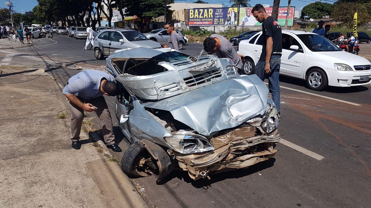 Caminhão desgovernado destrói 9 veículos em acidente no Parque Amazônia | Foto: Guilherme Coelho/Folha Z
