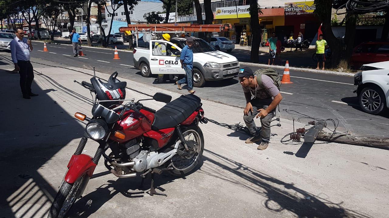 Proprietário observa estragos a sua moto Honda Titan | Foto: Guilherme Coelho/Folha Z