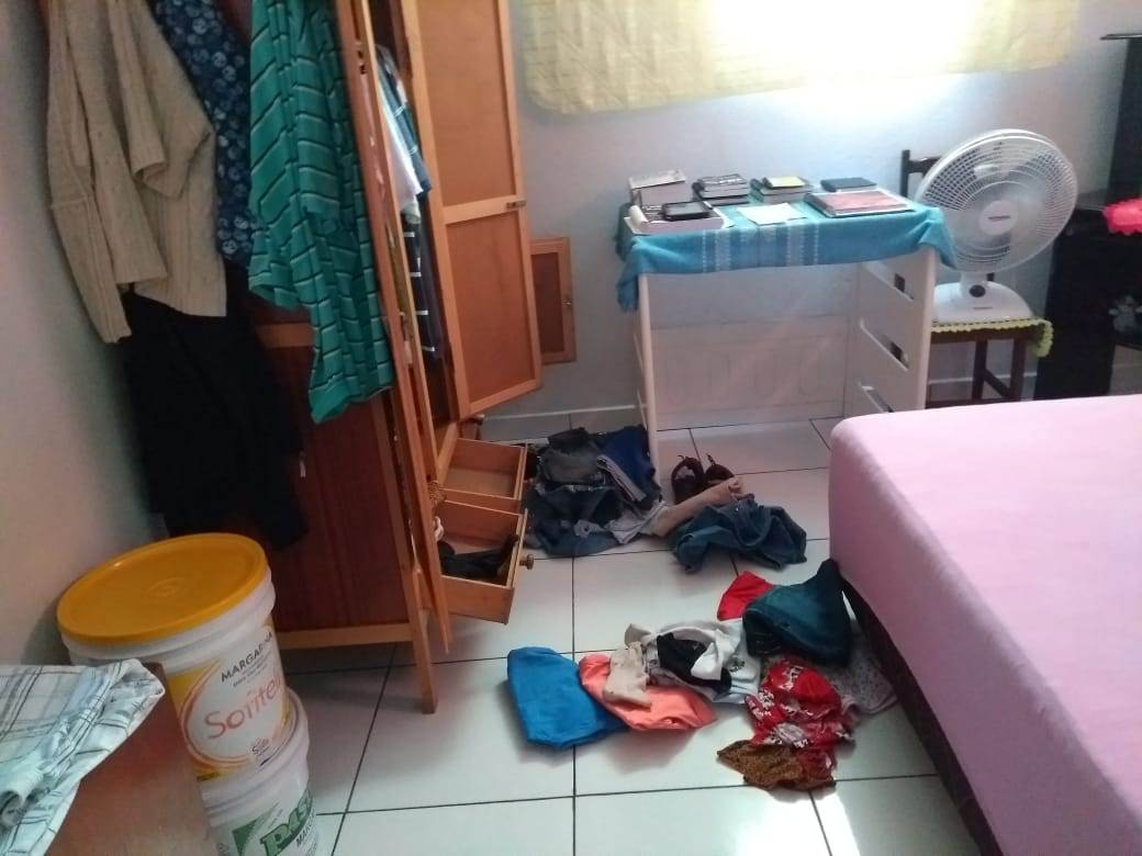 Dupla arrombou a casa, revirou cômodos e planejava furtar pertences das vítimas | Foto: Leitor/Whatsapp