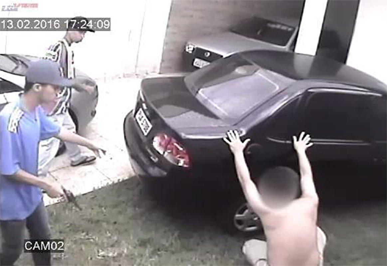 Além dos carros mais roubados em Goiás, números também relatam a insegurança no Estado. Na foto, imagens de segurança mostraram assaltantes fazendo família no Setor Moinho Dos Ventos, em 2016. Com violência, eles levaram vários pertences, além de um carro | Foto: Reprodução