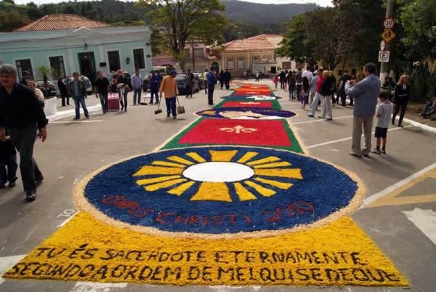 Cidade de Pirenóplis fica banhada por tapetes coloridos durante o feriado de Corpus Christi, no dia 31 de maio | Foto: Reprodução