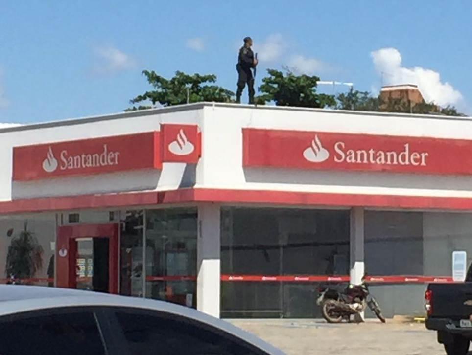 Agência do Santander foi toda vistoriada. Policiais subiram em muros e telhados | Foto: leitor FZ