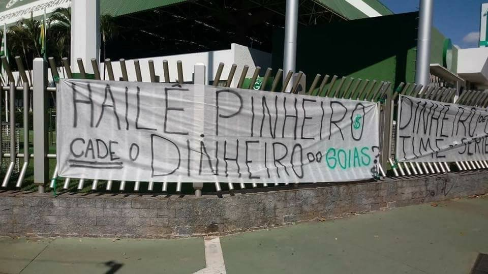 Protesto da torcida do Goiás em frente ao Centro de Treinamento da Serrinha no último sábado, 26 | Foto: Redes Sociais