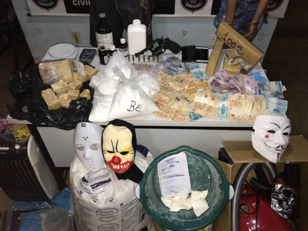 Materiais encontrados na residência do investigado, que tentou subornar policiais e foi preso em flagrante | Foto: Divulgação