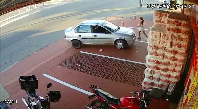 O desespero de uma avó: ela desafia um assaltante e retira bebê de carro roubado em Aparecida | Foto: Reprodução