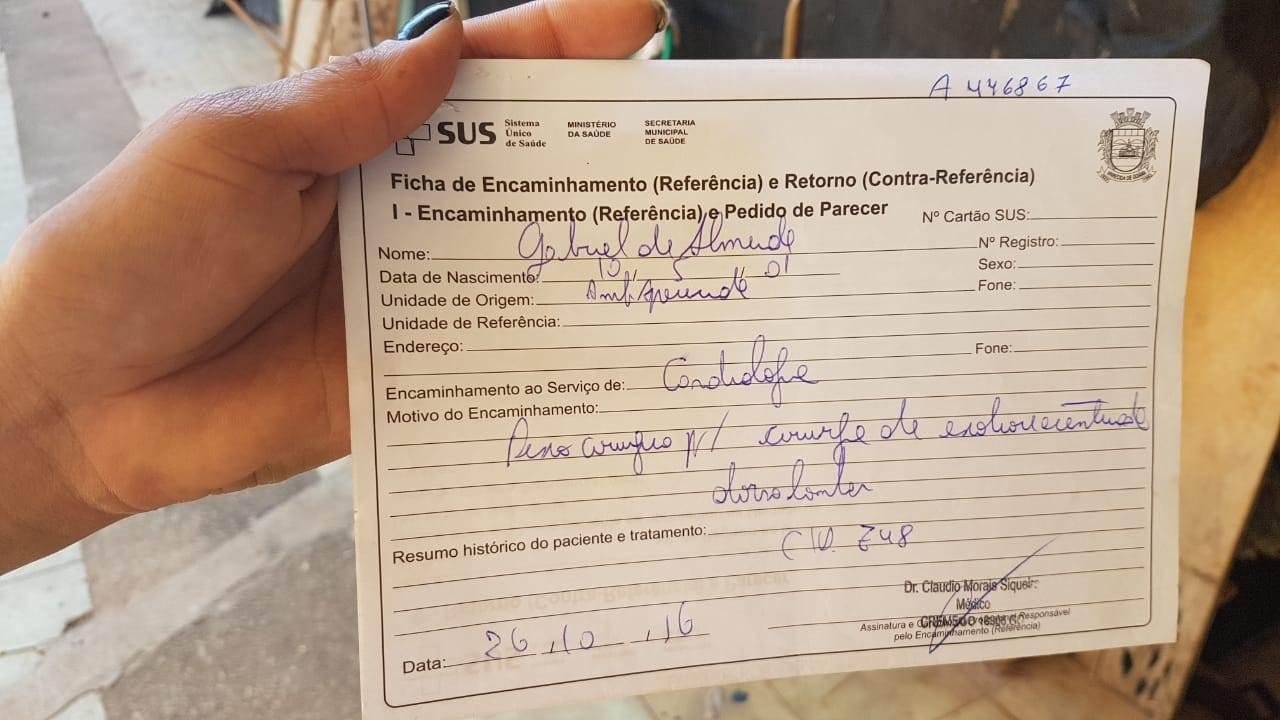 Segundo a mãe do jovem, vários exames já foram feitos. Mas, na hora defazer a cirurgia, o procedimento não é marcado | Foto: Folha Z