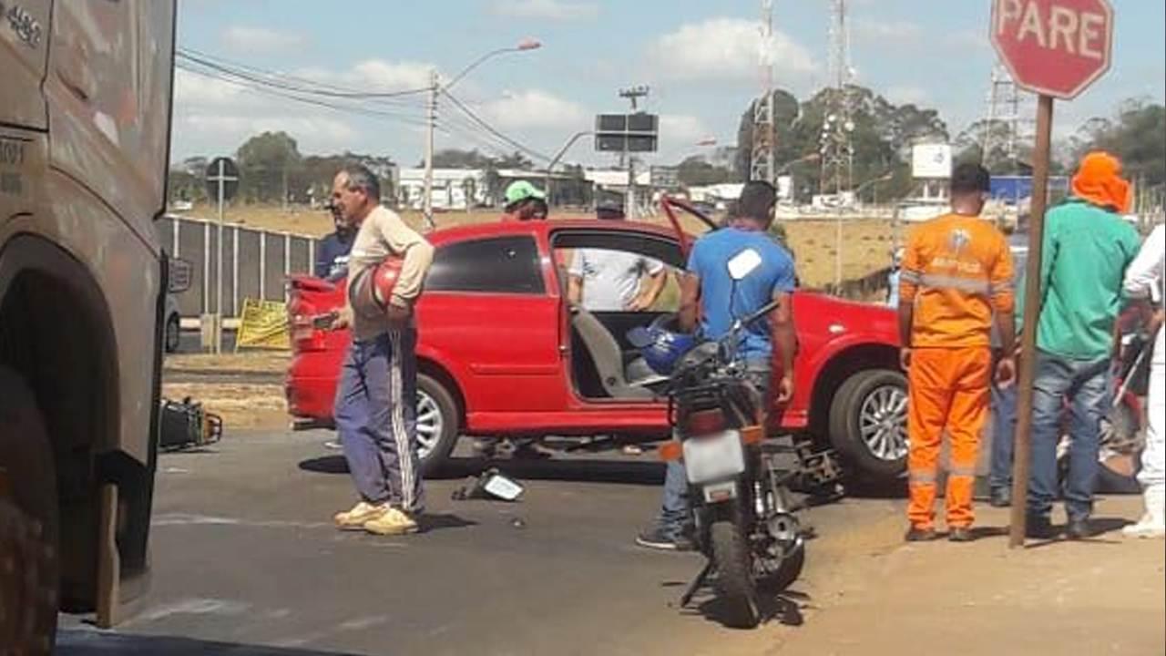 Em alta velocidade, motociclista bate contra carro em rotatória de Anápolis | Foto: Leitor / Whatsapp