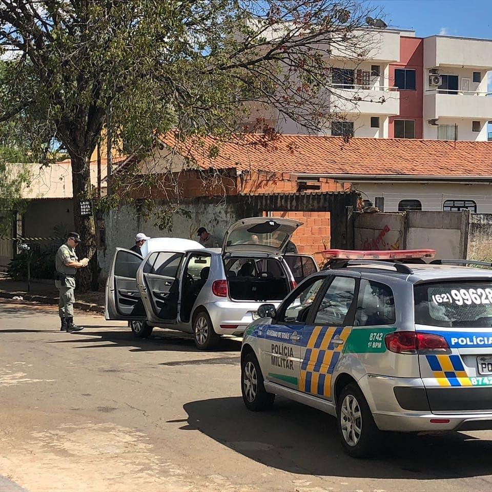 Os três homens fugiram um Volkswagen Polo. O veículo, que era roubado, foi abandonado na Rua C-135 no Jardim América | Foto: Leitor Cássio Rios