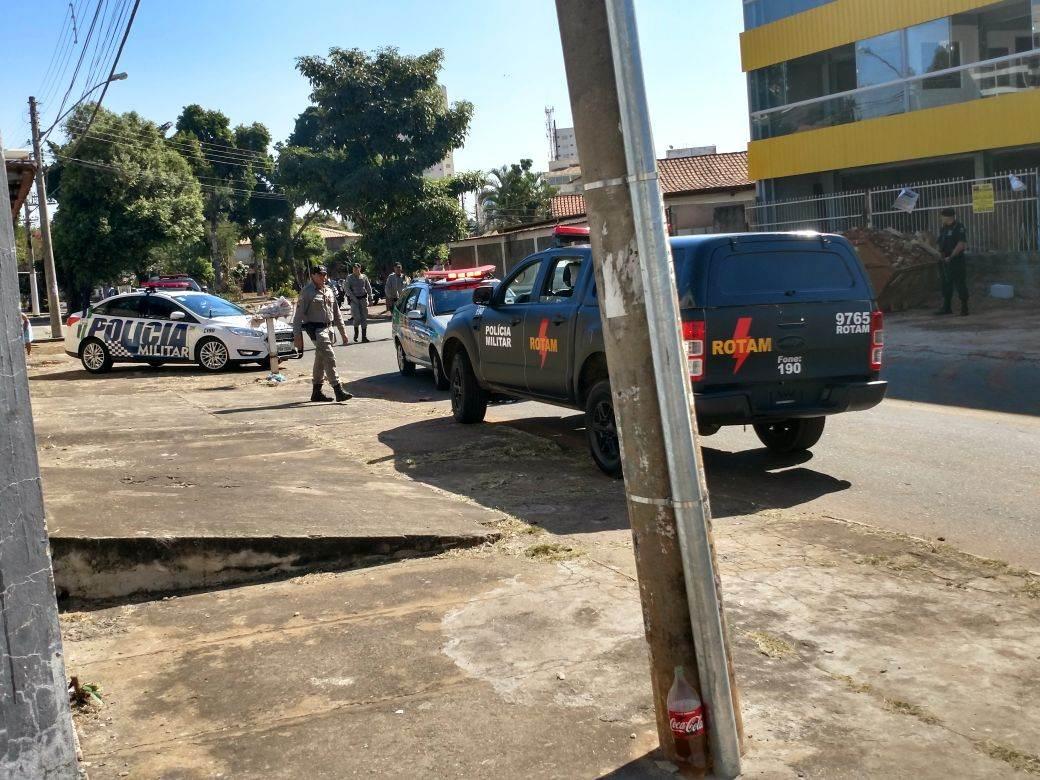 Assaltantes são procurados pela PM no Jardim América. GRAer e Rotam participam da operação | Foto: Junior Kamenach / Folha Z