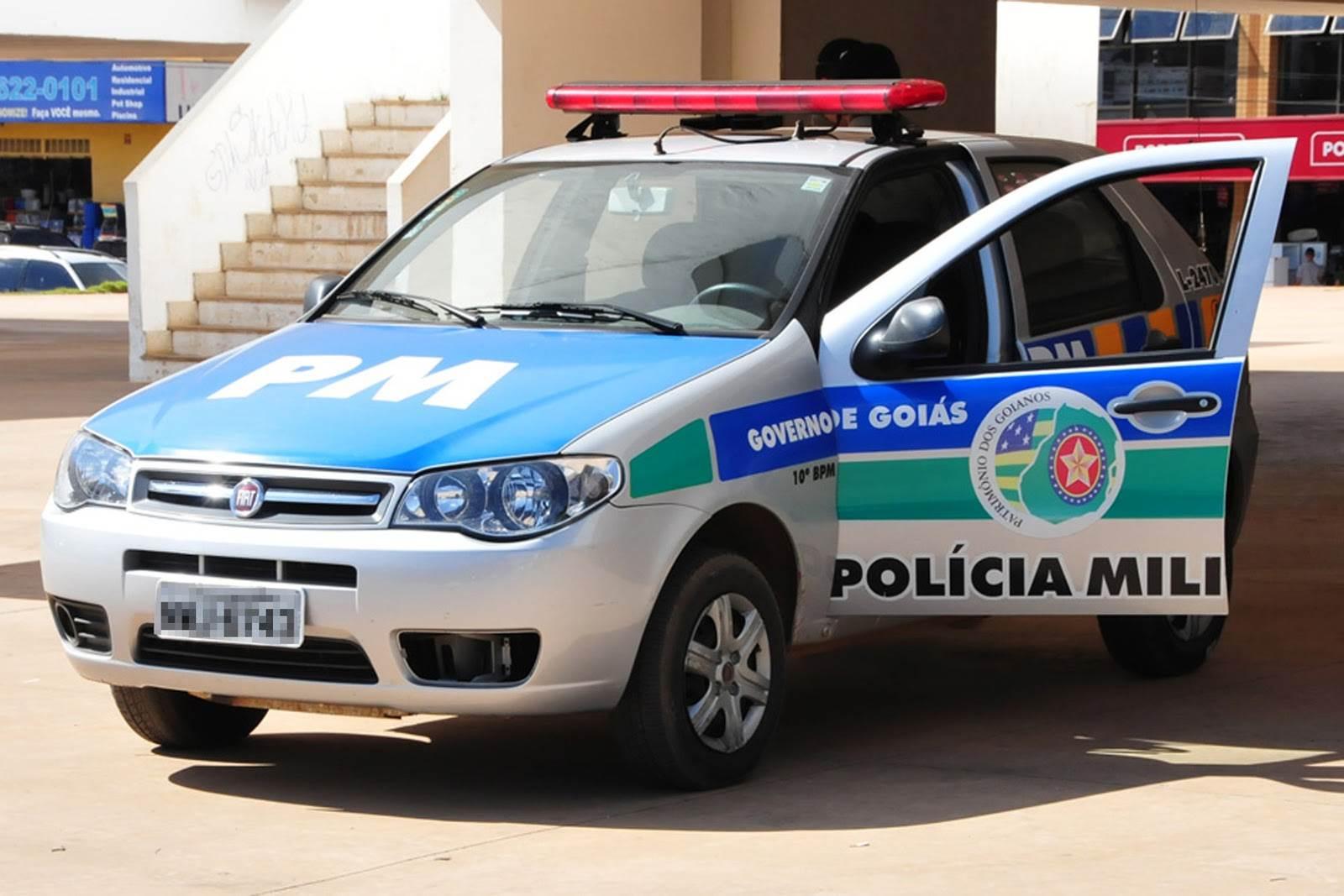 Segundo os autos, os policiais militares cobraram R$ 3 mil para devolver a arma de fogo de um vigilante, apreendida quando este saía do serviço| Foto: Ilustrativa