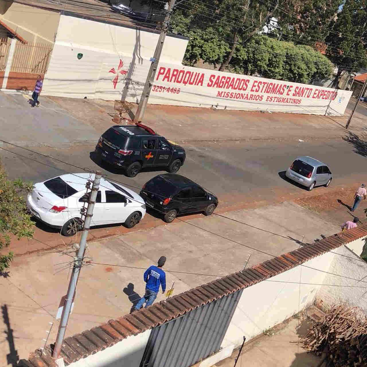 Momento que homens da Rotam chegam no Jardim América para averiguar o carro dos criminosos | Foto: Leitor Cássio Rios