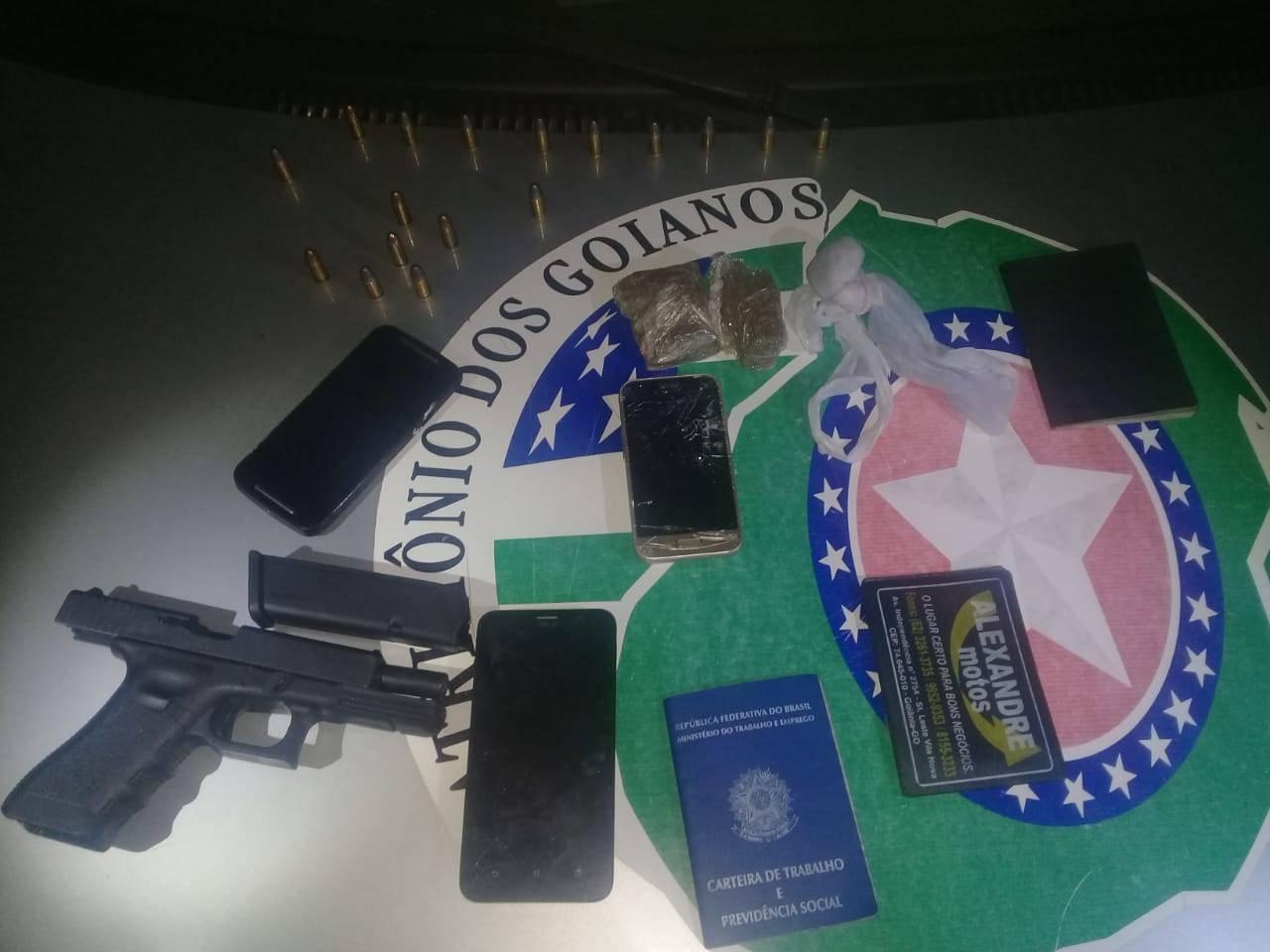 Pistola, munições e celulares apreendidos | Foto: divulgação