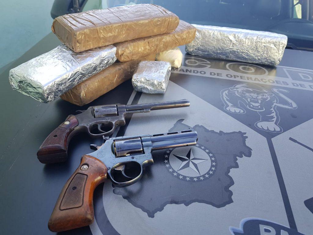 Quatro armas foram encontradas sob posse dos criminosos | Foto: Reprodução