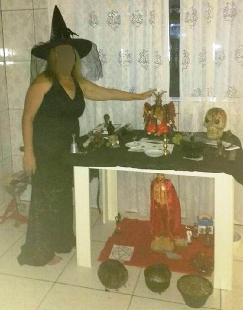 Mulher cúmplice do marido posa em ritual satânico | Foto: Reprodução