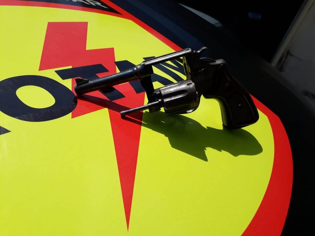 Revólver apreendido com suspeito que morreu em ação da Rotam no último sábado, 18 | Foto: Divulgação / Rotam