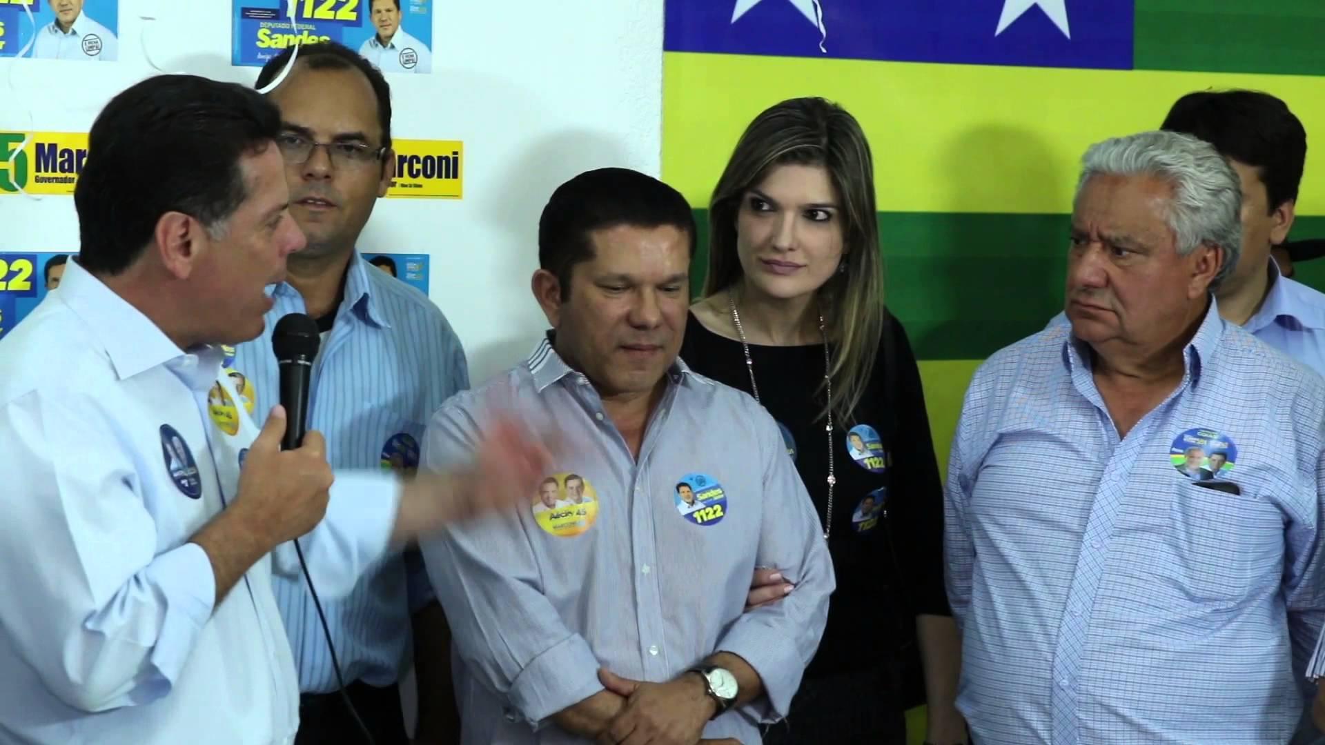 Marconi Perillo pede votos para Sandes Júnior em palanque eleitoral. Ainda na foto, o ex-deputado Vilmar Rocha, escolhido como primeiro suplente de Perillo apesar de ter dito que não pedirá votos para o governador José Eliton em 2018 | Foto: Reprodução