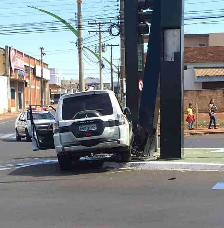 A caminhonete, conduzida pelo adolescente, também danificou um poste de Rio Verde | Foto: Reprodução