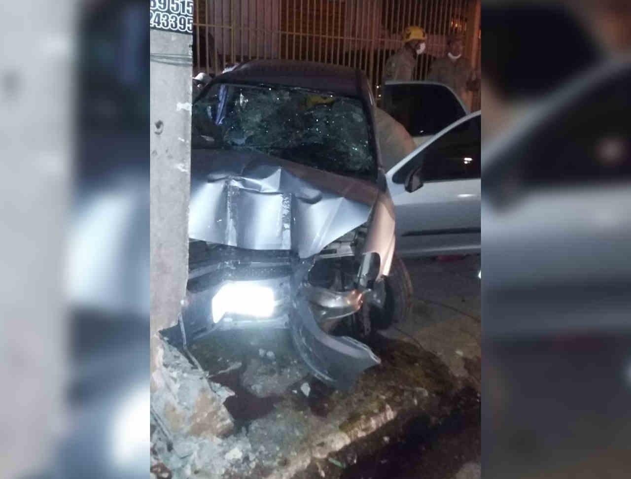 Celta ficou bastante danificado após a colisão com um poste | Foto: reprodução