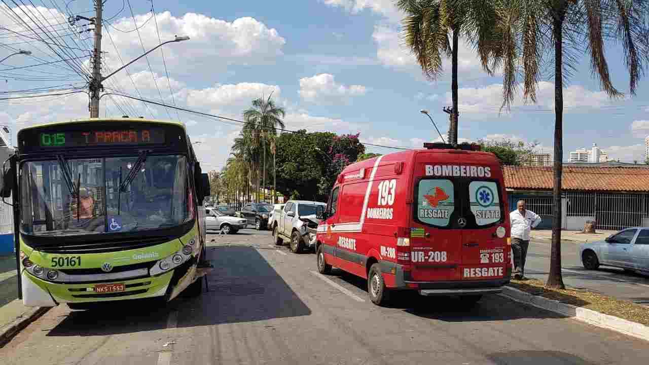 Após a forte colisão, a camionete S-10 ficou bastante danificada | Foto: Folha Z