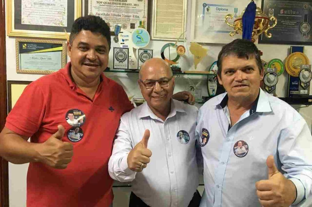 Professor Alcides posa junto aos ex-vereadores de Aparecida de Goiânia Roberto Chaveiro e Jadson Corcelli. Ambos apoiam o candidato | Foto: Divulgação