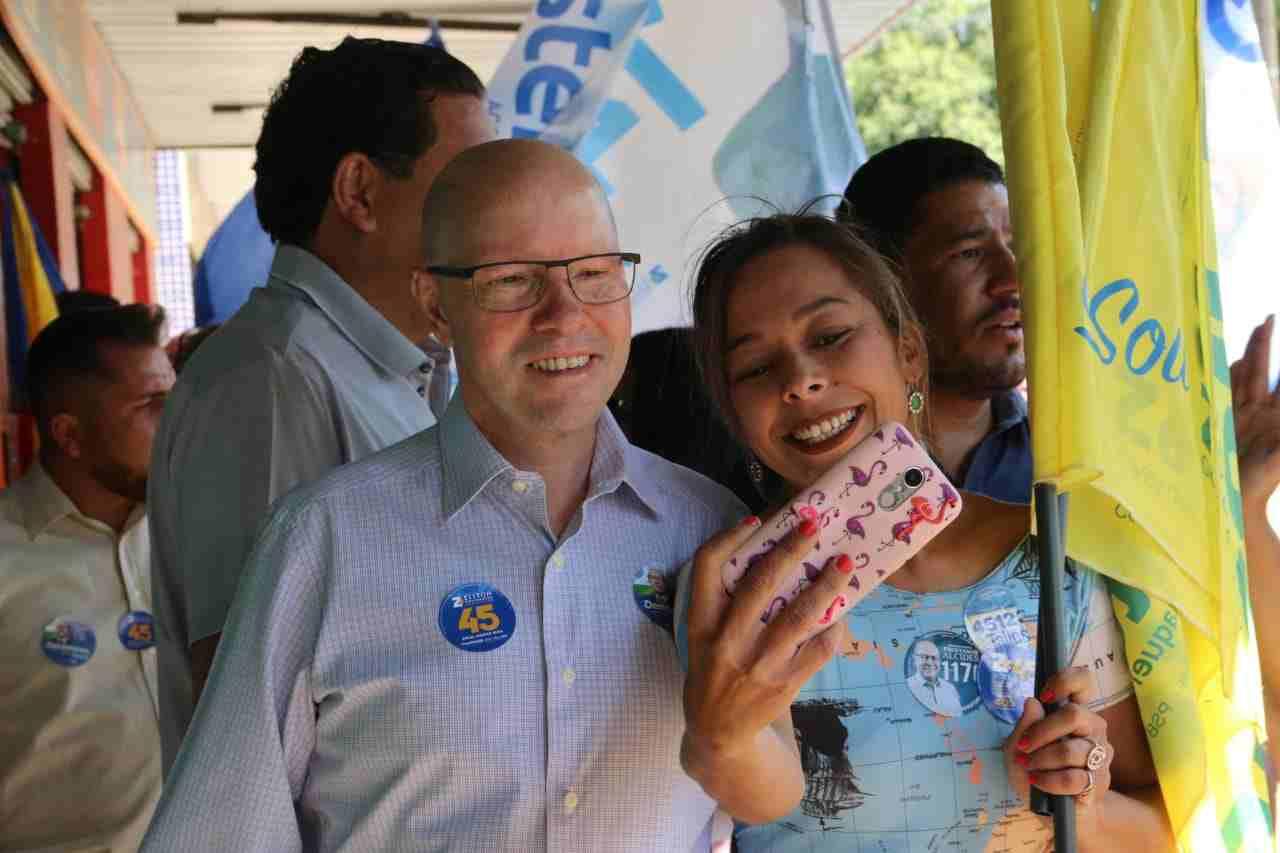 Demóstenes Torres tira selfie com moradora de Aparecida durante campanha | Foto: Divulgação