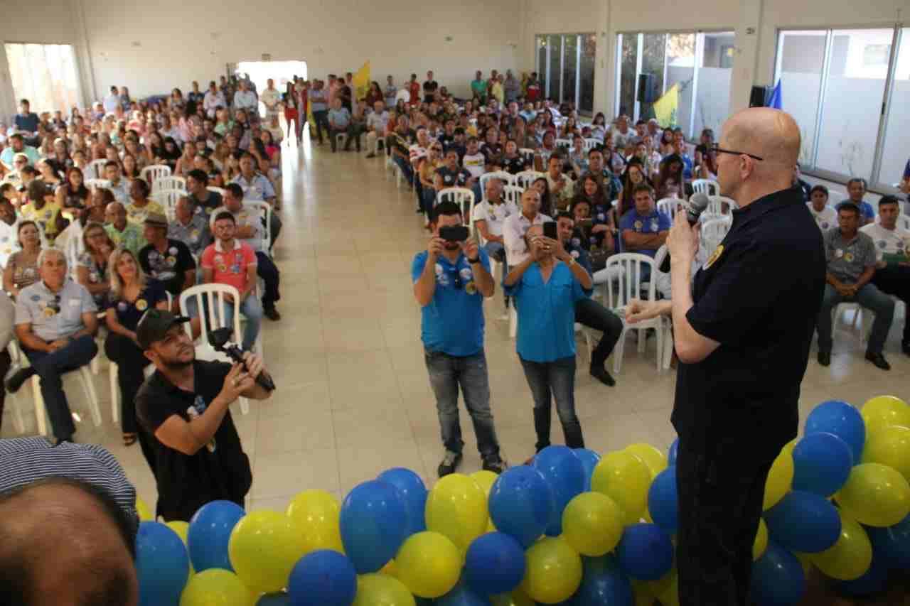 Demóstenes posa para foto com eleitores em Piracanjuba (GO)