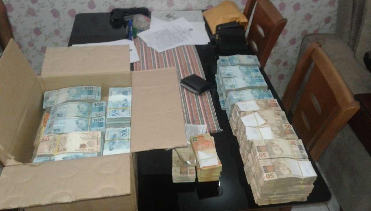 PF encontrou caixas de papelão contendoR$ 940.260,00 em notas de R$ 50 e R$ 100 na casa do policial militar Márcio Garcia de Moura, motorista de Rincón | Foto: Reprodução