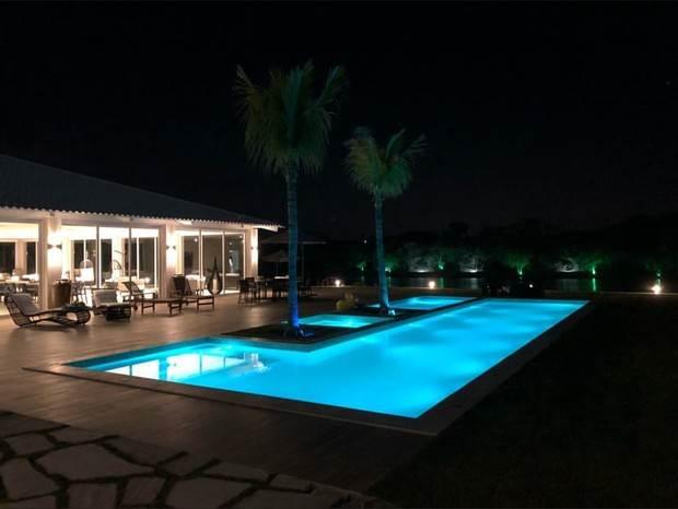 Piscina toda iluminada da nova mansão do cantor Gusttavo Lima | Foto: reprodução