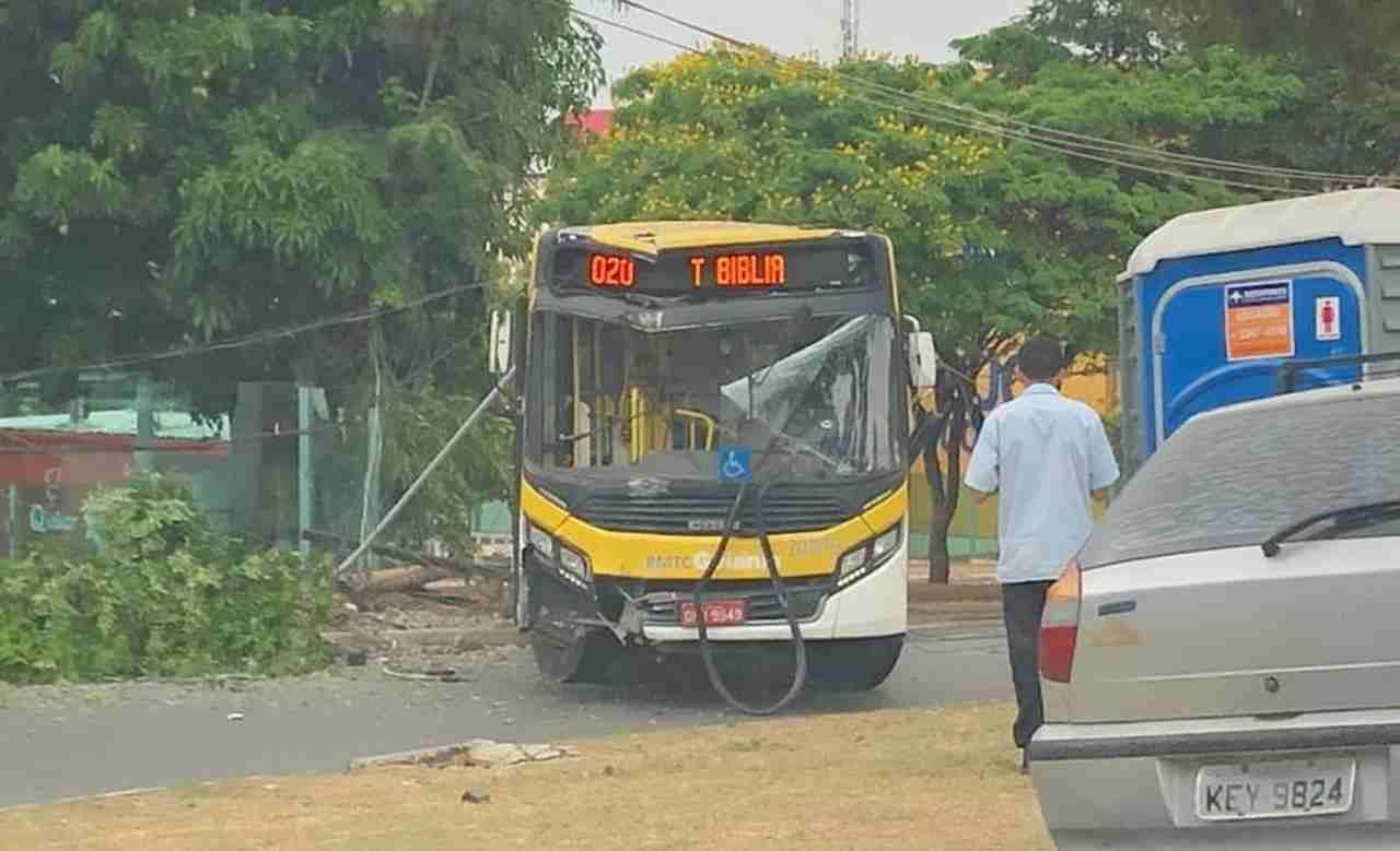 Motorista perdeu o controle do carro e não conseguiu impedir a colisão com o poste elétrico | Foto: Leitor