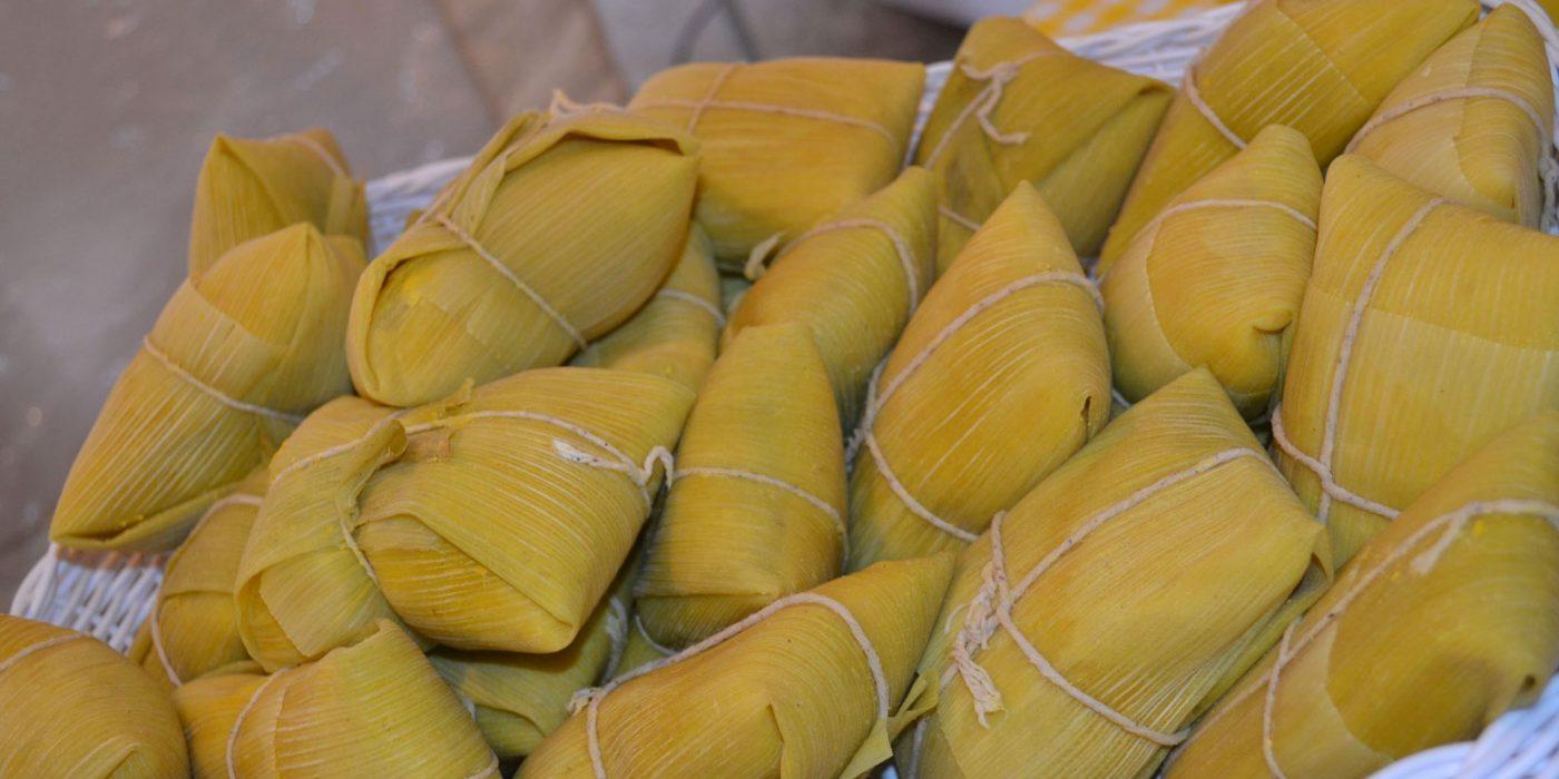 Além de conhecer as As melhores pamonharias de Goiânia, você também pode fazer pamonha caseira. Não é tão difícil quanto parece! | Foto: Reprodução
