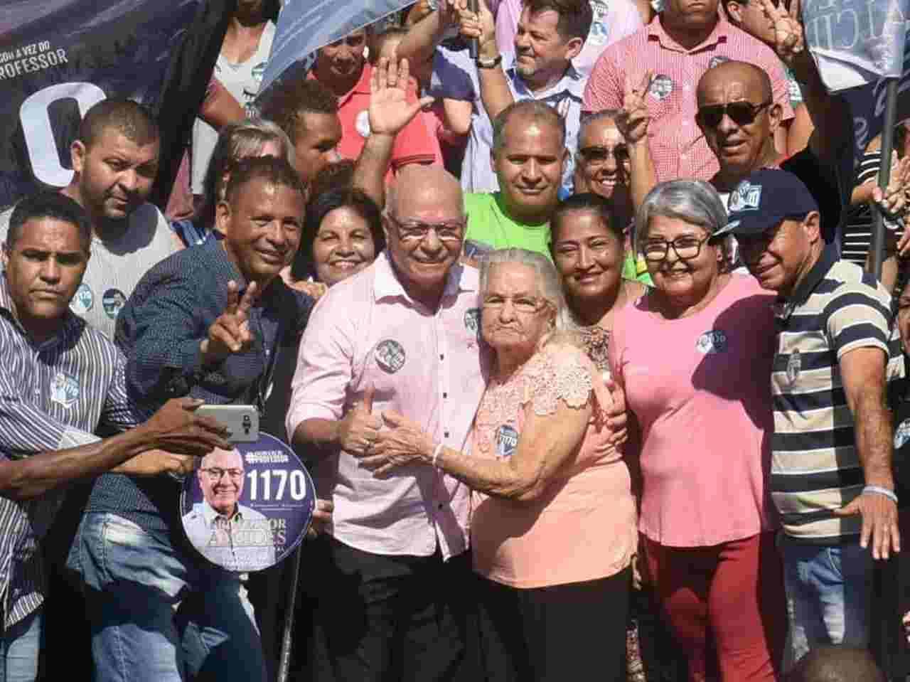 Professor Alcides e sua mãe durante campanha na Avenida Independência | Foto: Divulgação