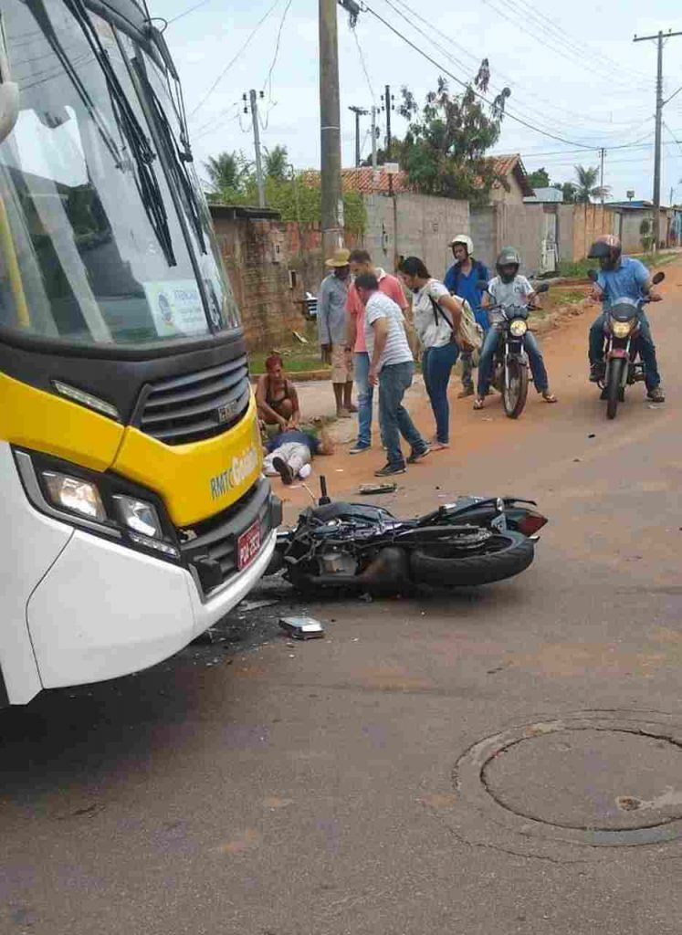 Com o impacto, houve vasamento de gasolina e parte da lataria do ônibus ficou destruída | Foto: Divulgação