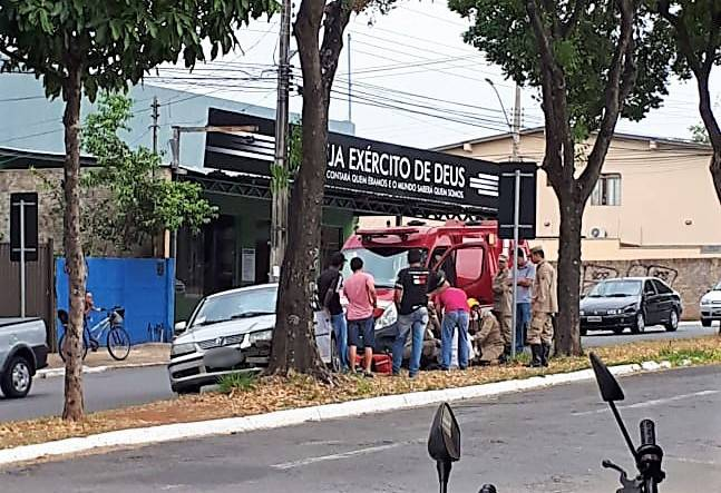 Homem dirigia um Gol pela avenida C-104 quando desmaiou e causou acidente | Foto: Leitor Rodrigo Miranda