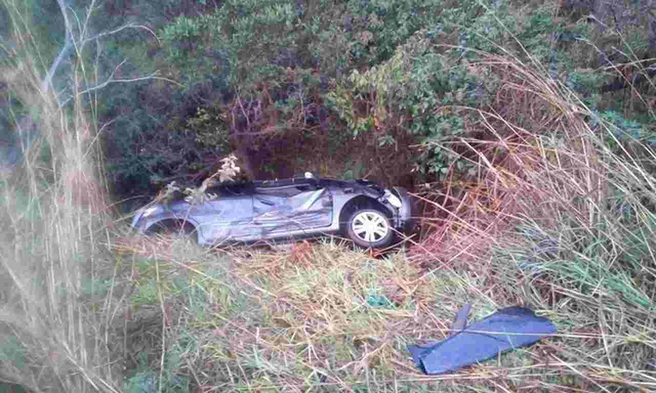 Carro caiu em vala no trajeto de volta da cidade de Rio Quente (GO) | Foto: Reprodução
