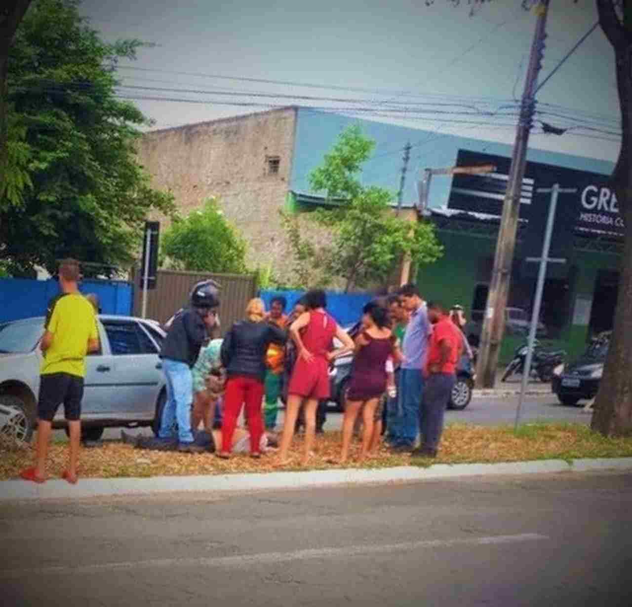Populares da região tentavam reanimar o homem enquanto a ambulância não chegava | Foto: Leitor José