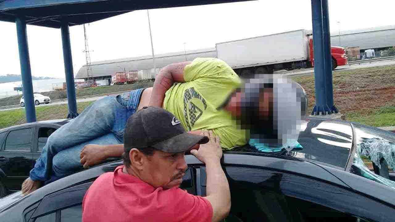 Ao desviar de pedestre, motociclista é arremessado sobre carro na BR-153 | Foto: Leitor / Whatsapp