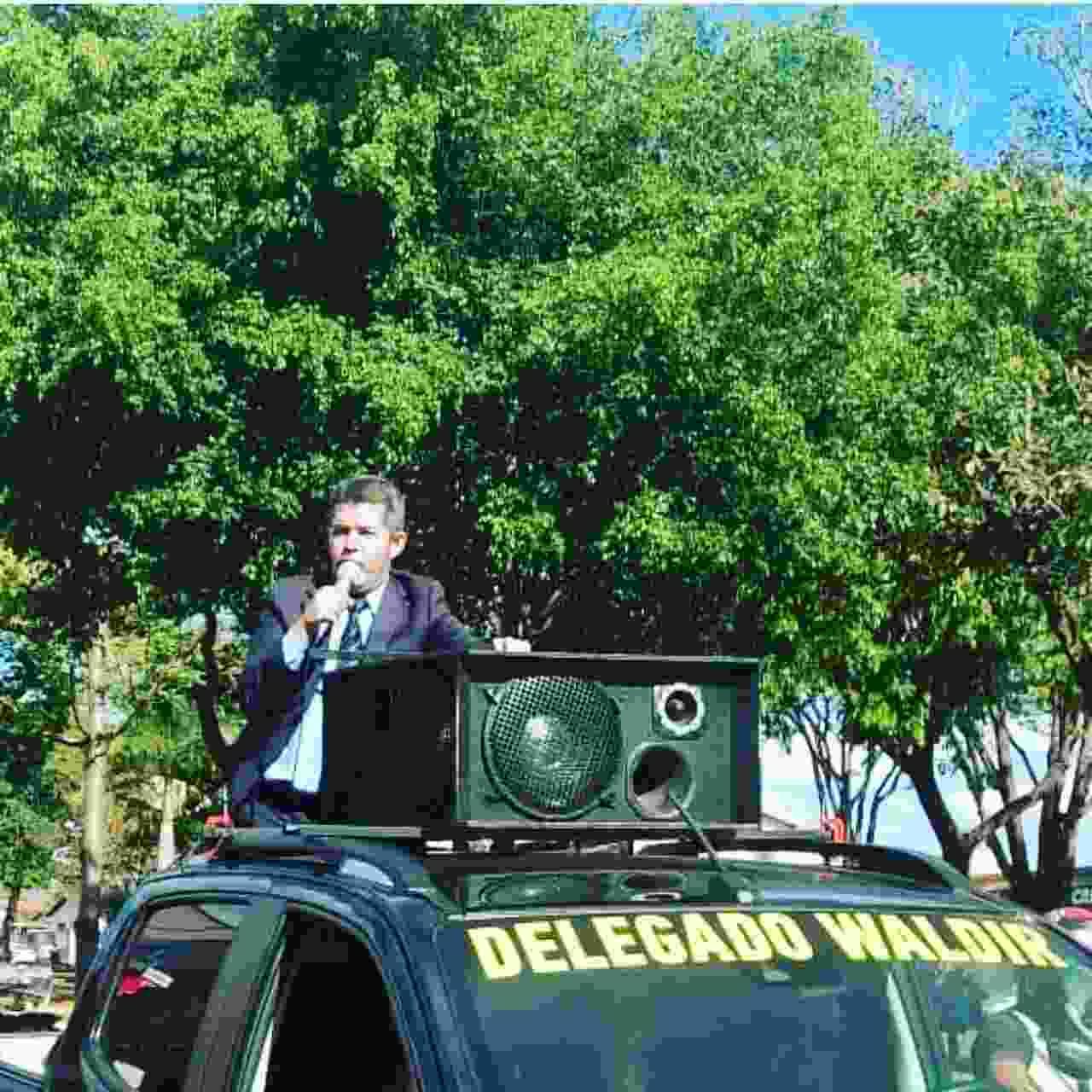 Delegado Waldir (PSL) fez campanha em cima de caminhonete pelas ruas de Goiânia e Aparecida | Foto: Reprodução / Instagram