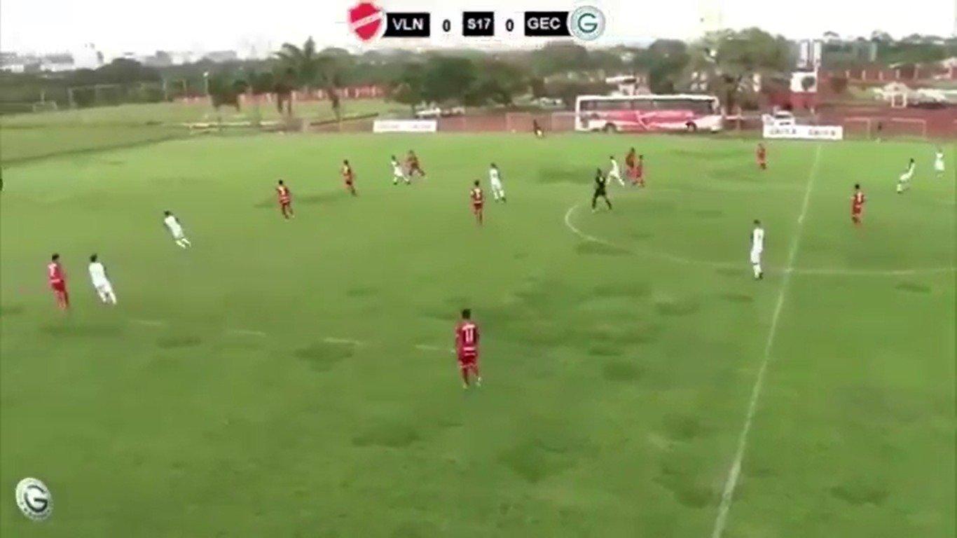 Zagueiro Da Silva marca do meio-campo contra o Vila Nova | Foto: Reprodução