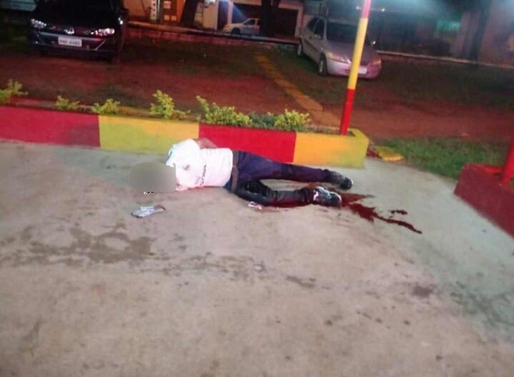 Policiais atiraram contra o criminoso que, segundo eles, estava prestes a atacar a vítima com golpes de faca no Pq das Laranjeiras | Foto: Reprodução