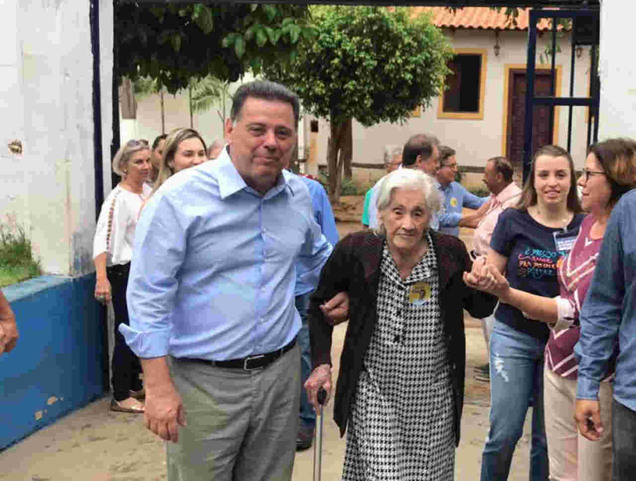 Marconi Perillo acompanhou a tia Comari Perillo, de 104 anos, até o local em que ela votou no último domingo, 7, em Palmeiras de Goiás | Foto: Divulgação