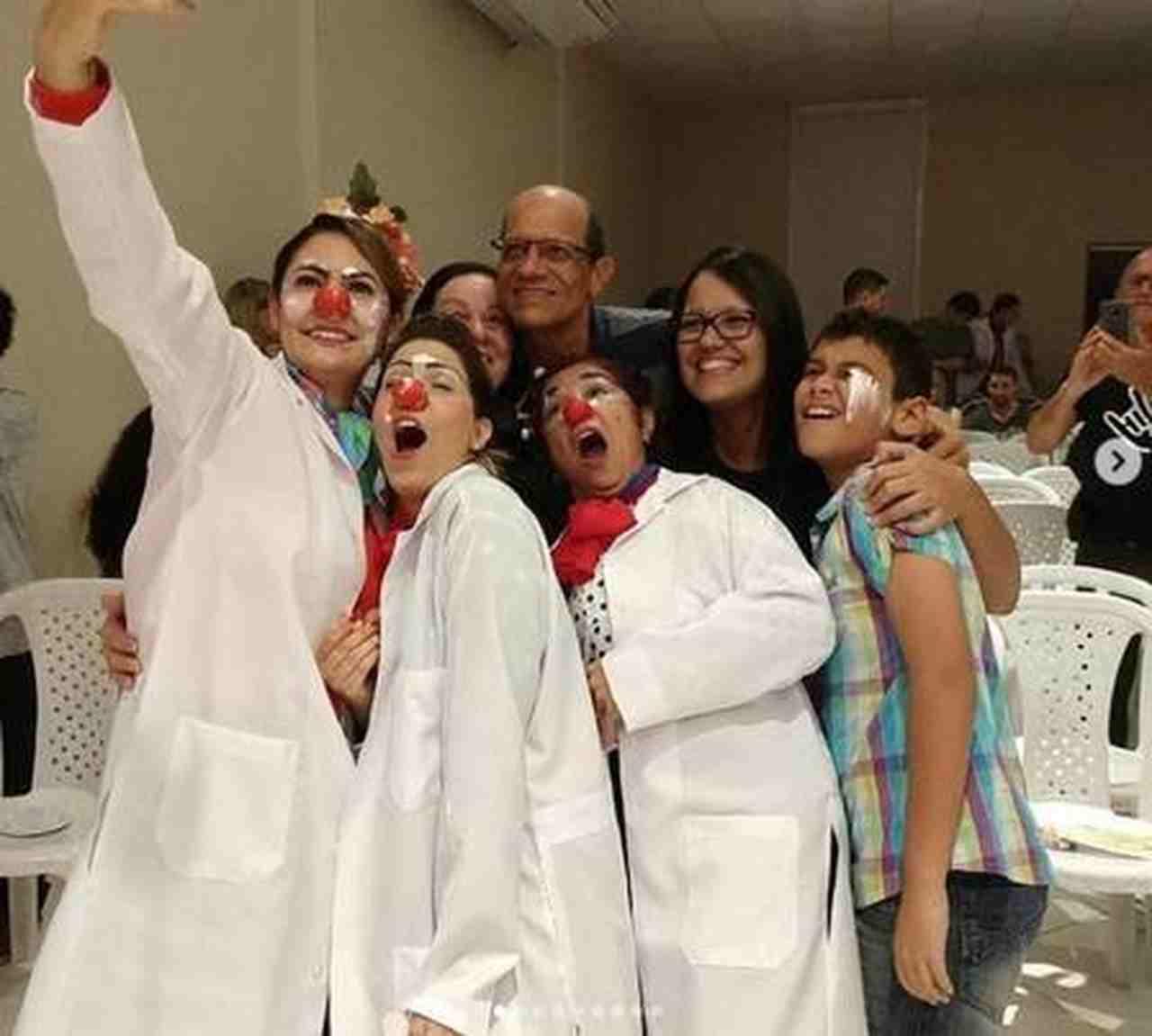 Mulher de Bolsonaro, Michele e amigos em comemoração a formatura em curso de palhaçaria | Foto: Reprodução/Instagram