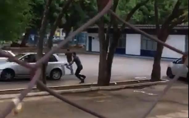O suspeito praticava o crime no estacionamento da Sefaz - GO quando foi abordado por policiais e tentou fugir | Foto: Divulgação/ vídeo