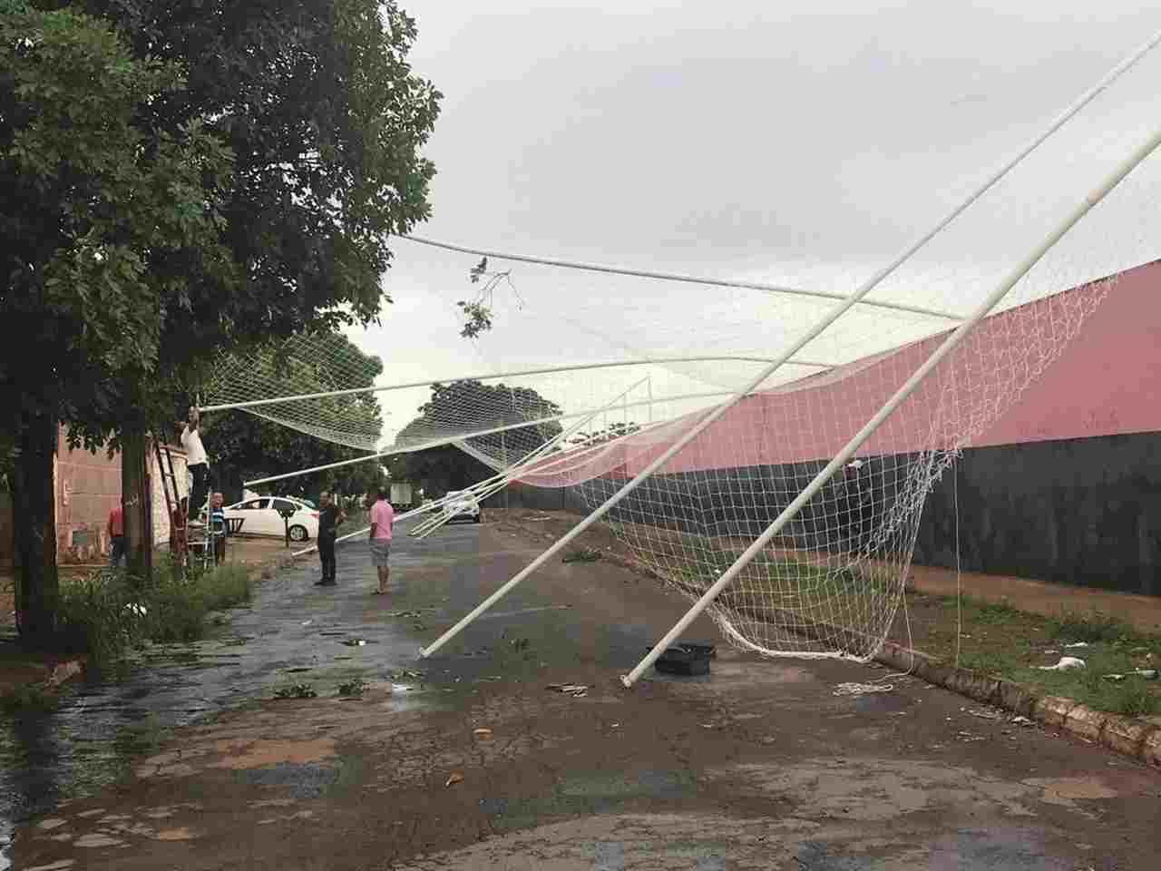 Árvore cai com fortes ventos e derruba muro do Centro de Treinamento | Foto: divulgação