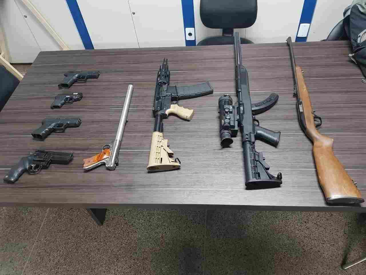 Foram apreendidos oito armas de fogo, entre elas um fuzil americano marca Spikes Tactical calibre 556, com suspeitos de integrarem facção Comando Vermelho | Foto: Divulgação/PC