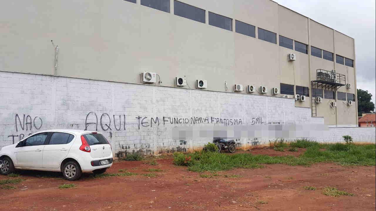 Câmara de Aparecida amanhece pichada com denúncia anônima. Folha Z optou por omitir nome de funcionária citada na mensagem | Foto: Folha Z