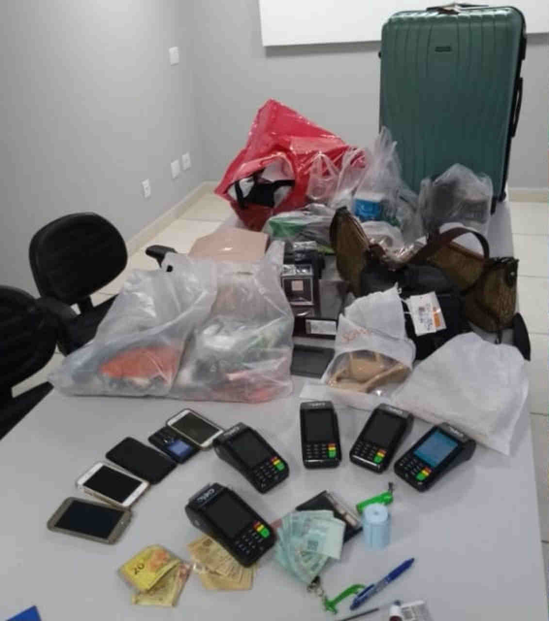 Após furtarem cartão de homem, jovens são presas fazendo compras no Goiânia Shopping | Foto: Divulgação/PM