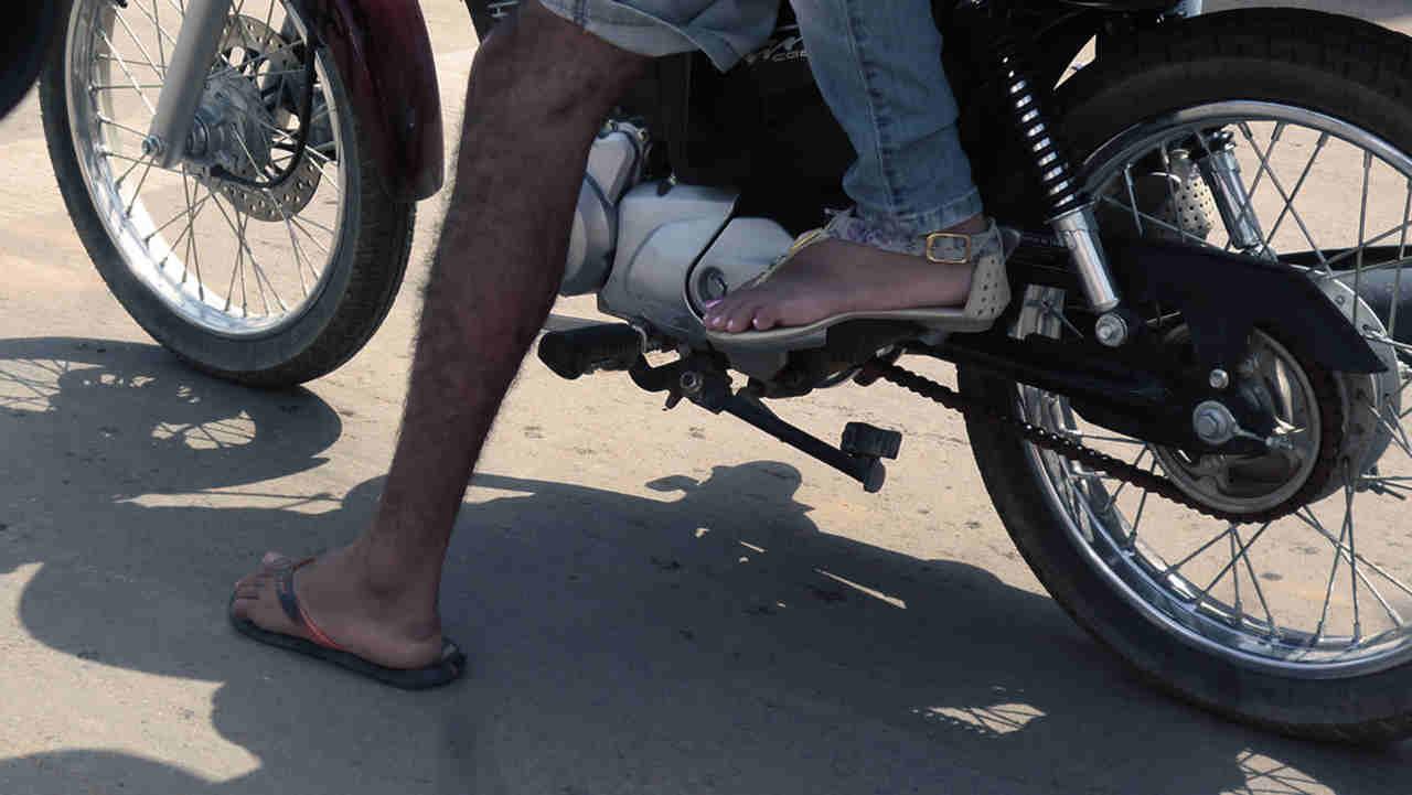 Andar de moto descalço chinelo não pode