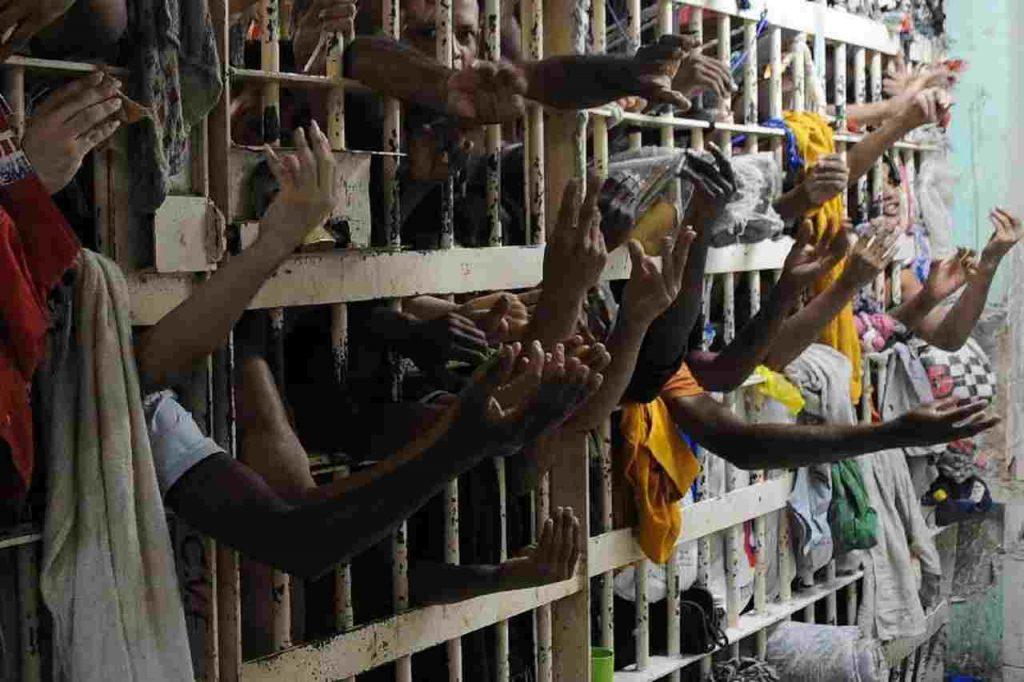 Os detentos estão usando água da chuva para beber e realizar atividades de higiene | Foto: Reprodução/Agência Brasil