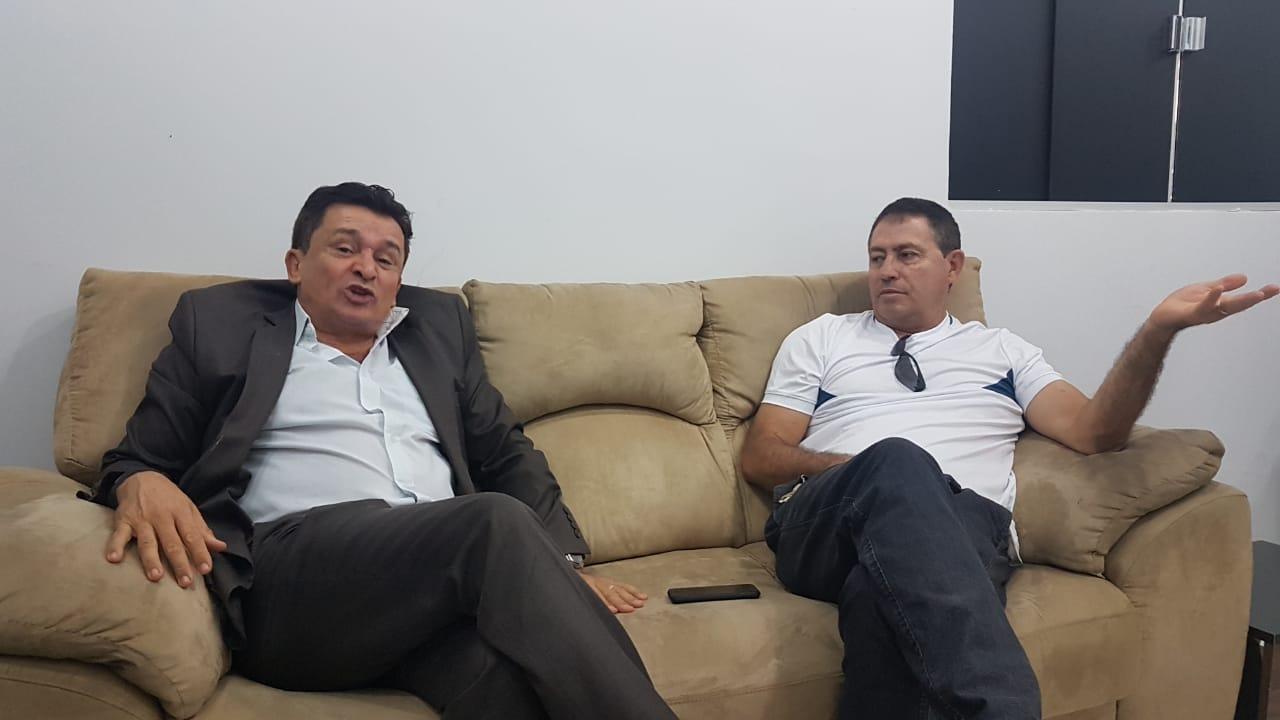 Ezízio Barbosa recebeu na manhã desta quarta-feira, 28, a imprensa em seu escritório. Na foto, além do ex-secretário, aparece o radialista da 820 AM Edson Pessoa | Foto: Folha Z
